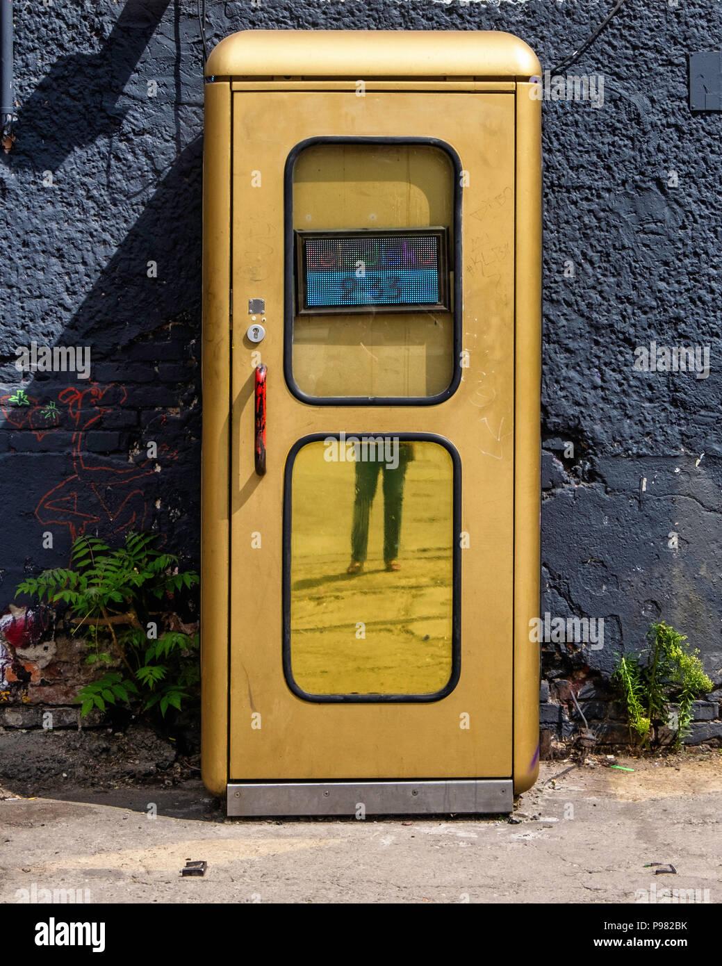 berlin friedrichshain raw gel nde gold telefonzelle ist der weltweit kleinste disco winzige. Black Bedroom Furniture Sets. Home Design Ideas