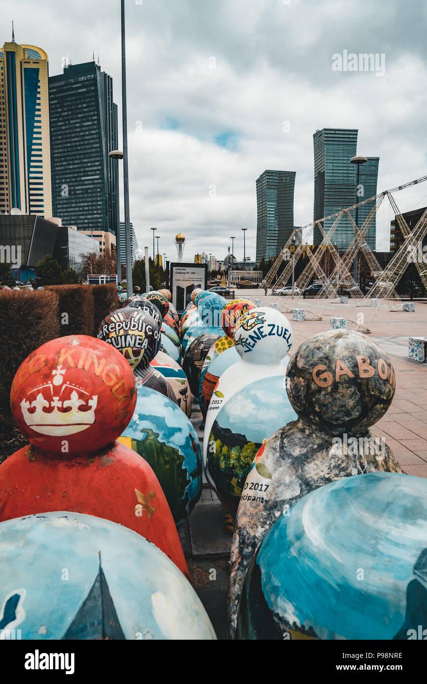 ASTANA, Kasachstan - Juli 2018: Die Kunst der Installation in Form von Skulpturen symbolisieren die einen Länder der Welt Stockbild