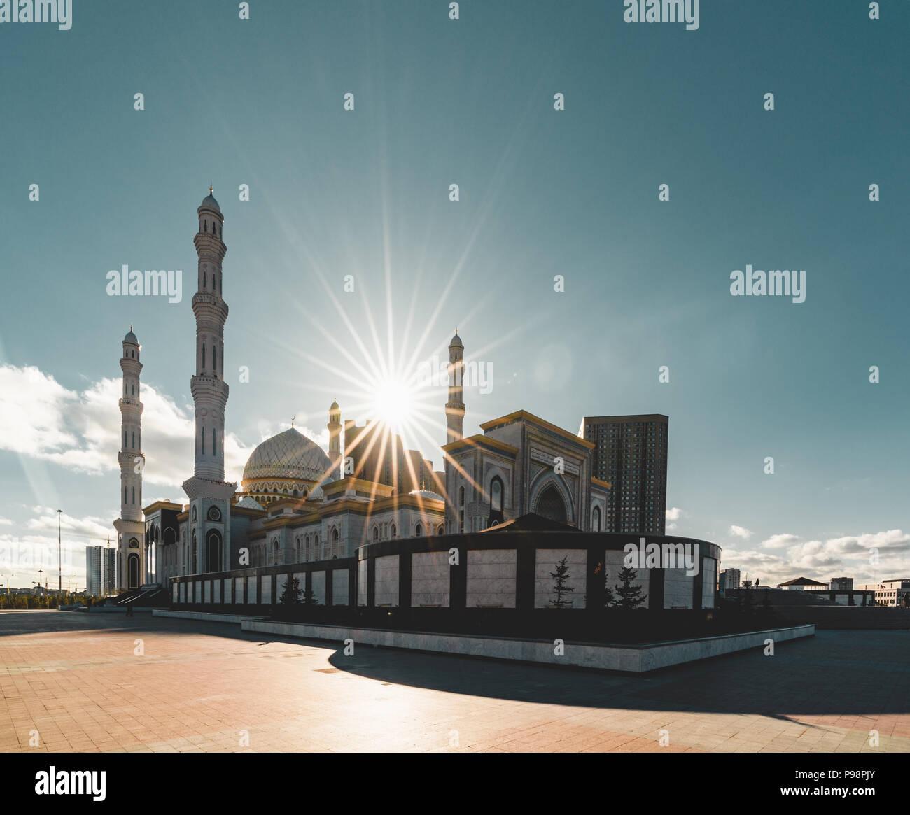 Außenansicht Moschee Hazrat Sultan in Astana, der Hauptstadt von Kasachstan, an einem klaren Tag mit Sonne blauer Himmel Stockbild