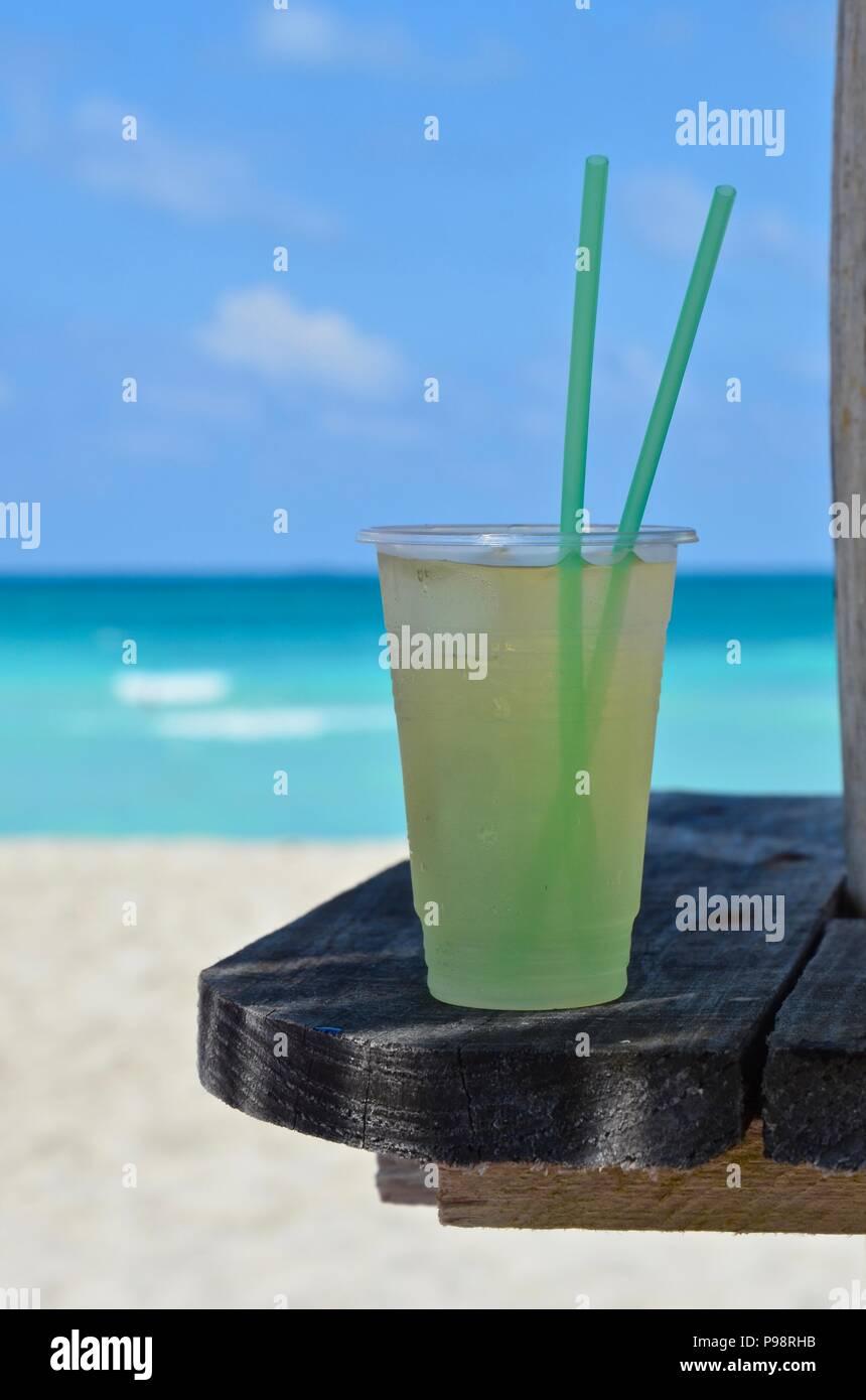 Kühle Getränke am Strand von Varadero in Kuba, Karibik, Ferien ...