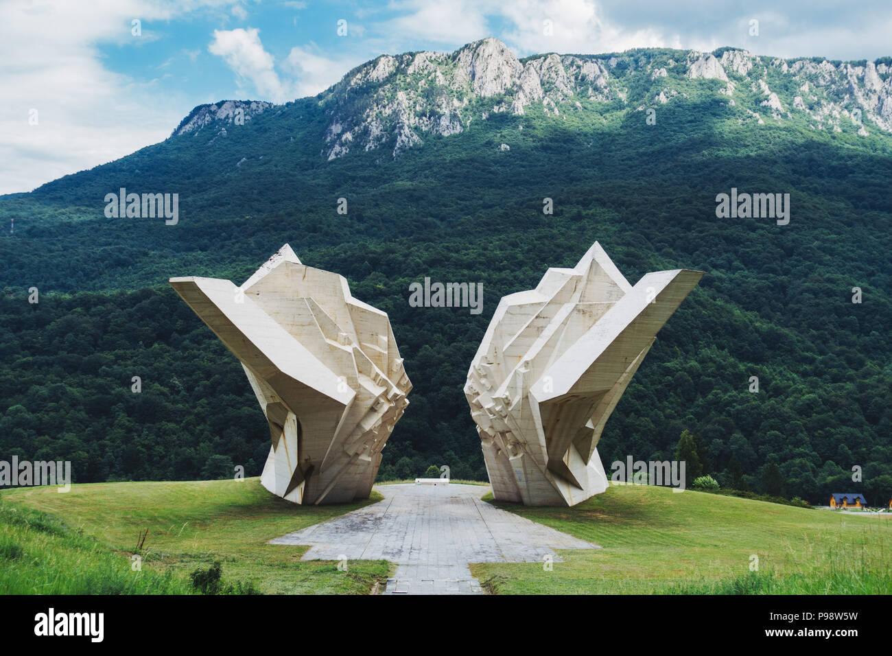 Ein riesiger weißer Beton spomenik (jugoslawischen Krieg Denkmal) sitzt in die Berge des Nationalpark Sutjeska, Bosnien und Herzegowina Stockfoto