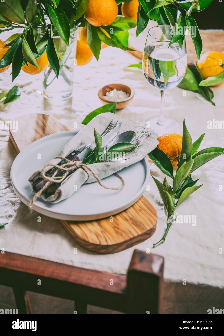Tabelle Ambiente Mit Weissen Teller Besteck Serviette Und Orange Tree Branch Dekoration Auf Weissem Leinen Tischdecke Close Up Tabelle Mit Tisch Und Shair Stockfotografie Alamy