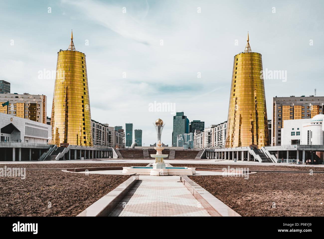 Erhöhte Panoramablick auf die Stadt über Astana in Kasachstan mit goldenen Türmen aka die Bierdosen und Präsidentenpalast Ak Orda Stockbild