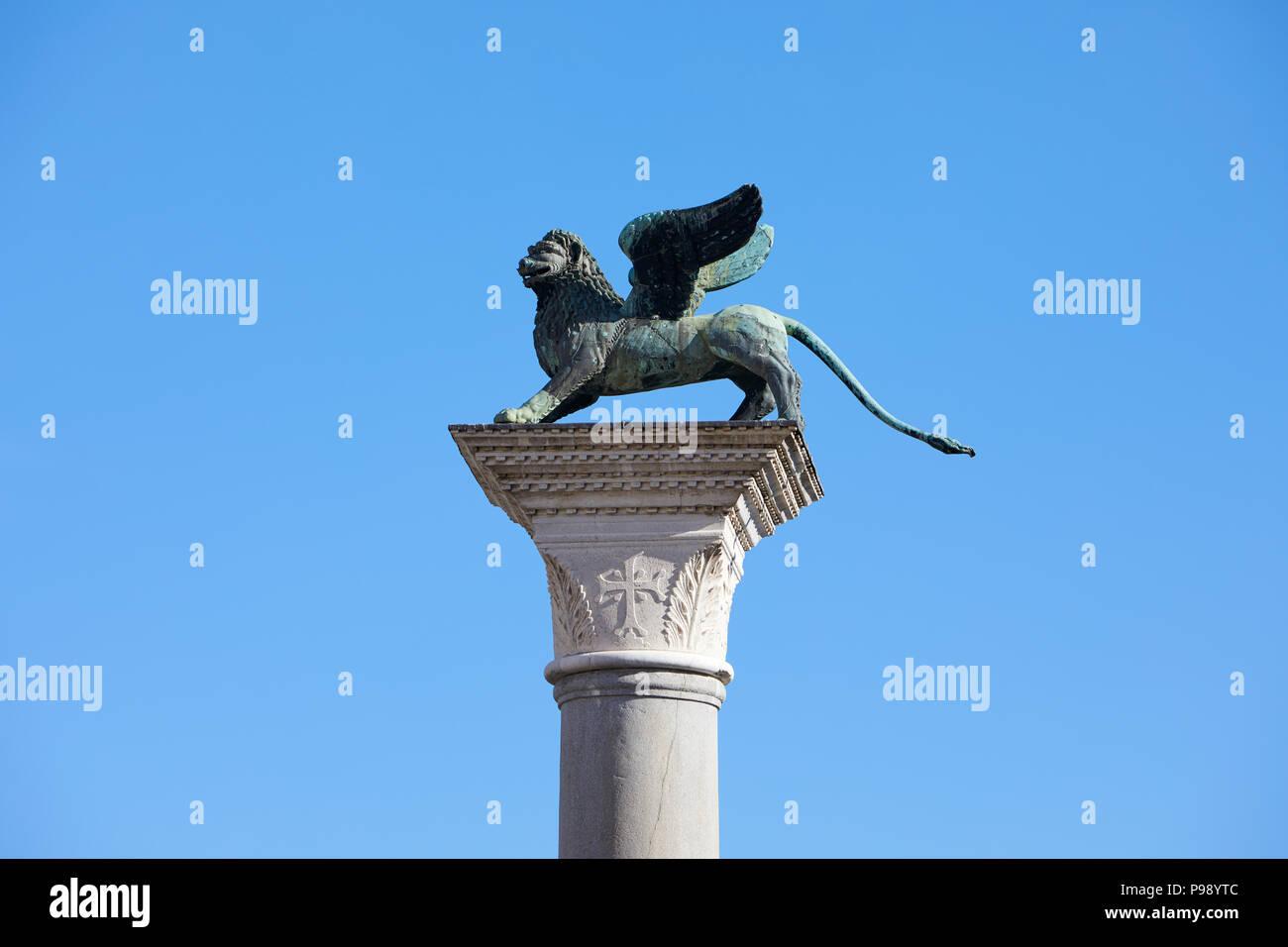 Geflügelte Löwe Statue, Symbol von Venedig an einem sonnigen Tag, blauer Himmel in Italien Stockbild
