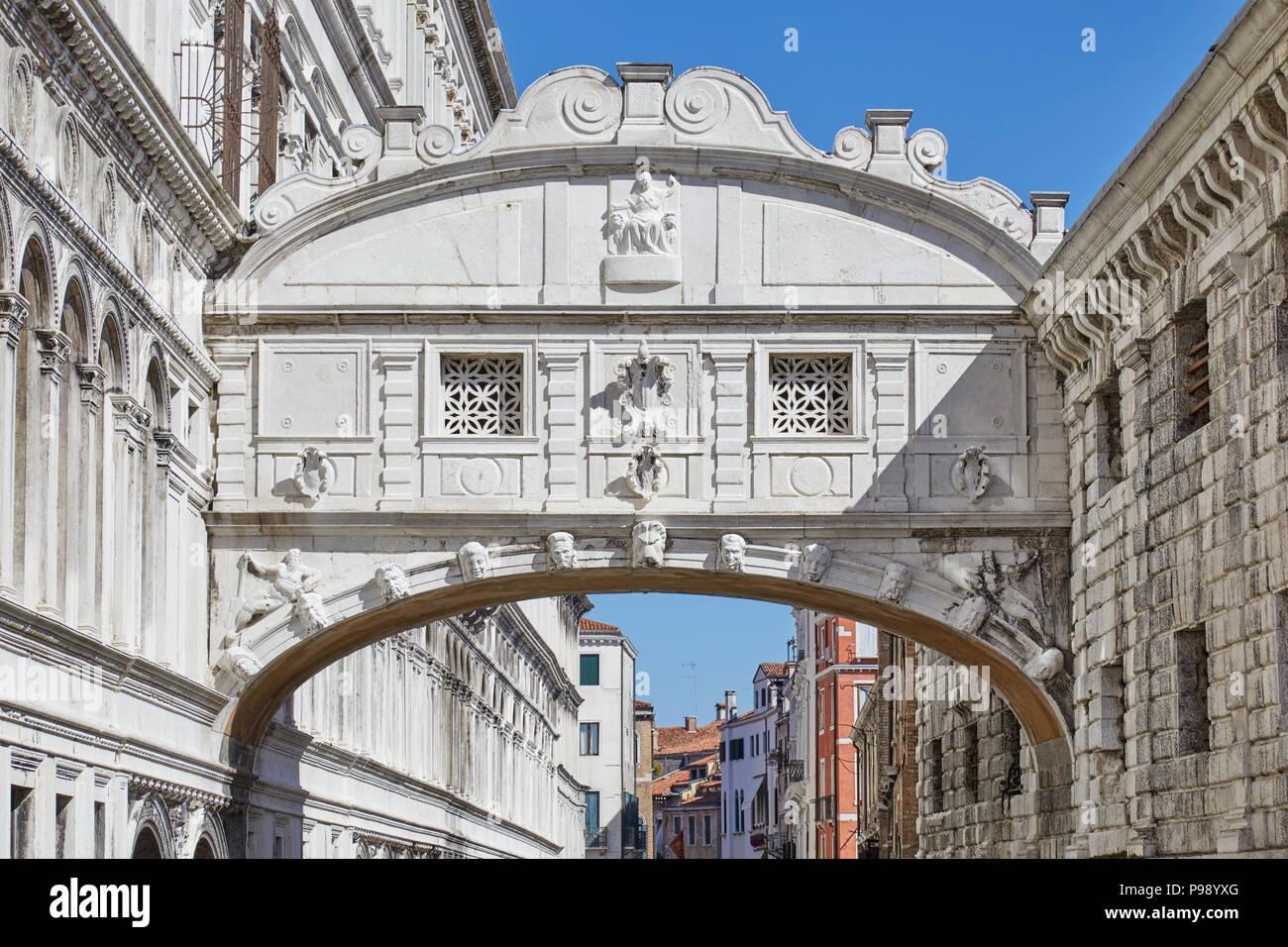 Seufzerbrücke in Venedig, blauer Himmel an einem sonnigen Tag in Italien Stockbild