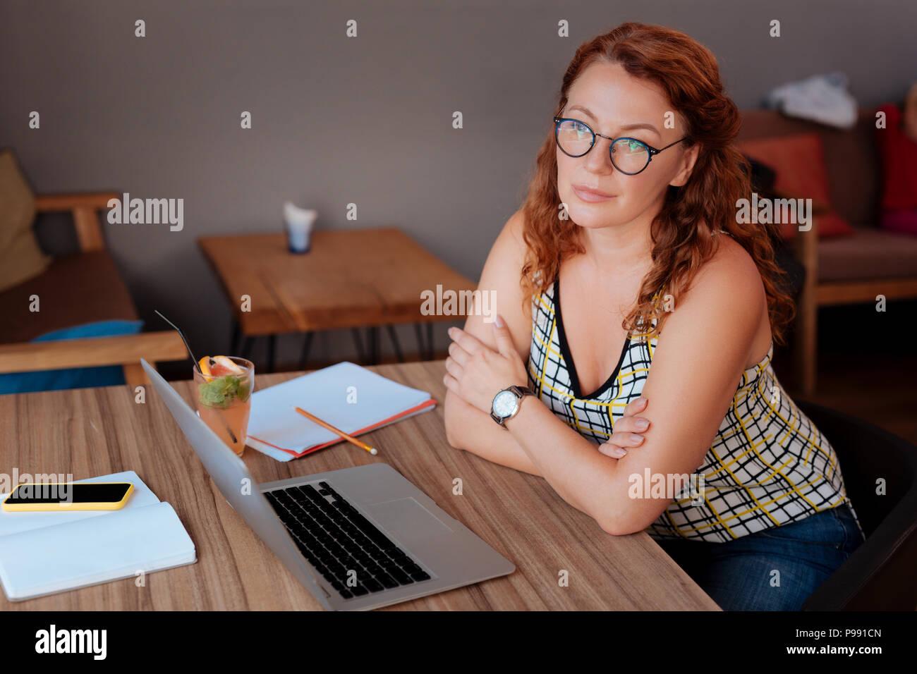 Freier Schriftsteller ihre Pause im Café genießen. Stockbild