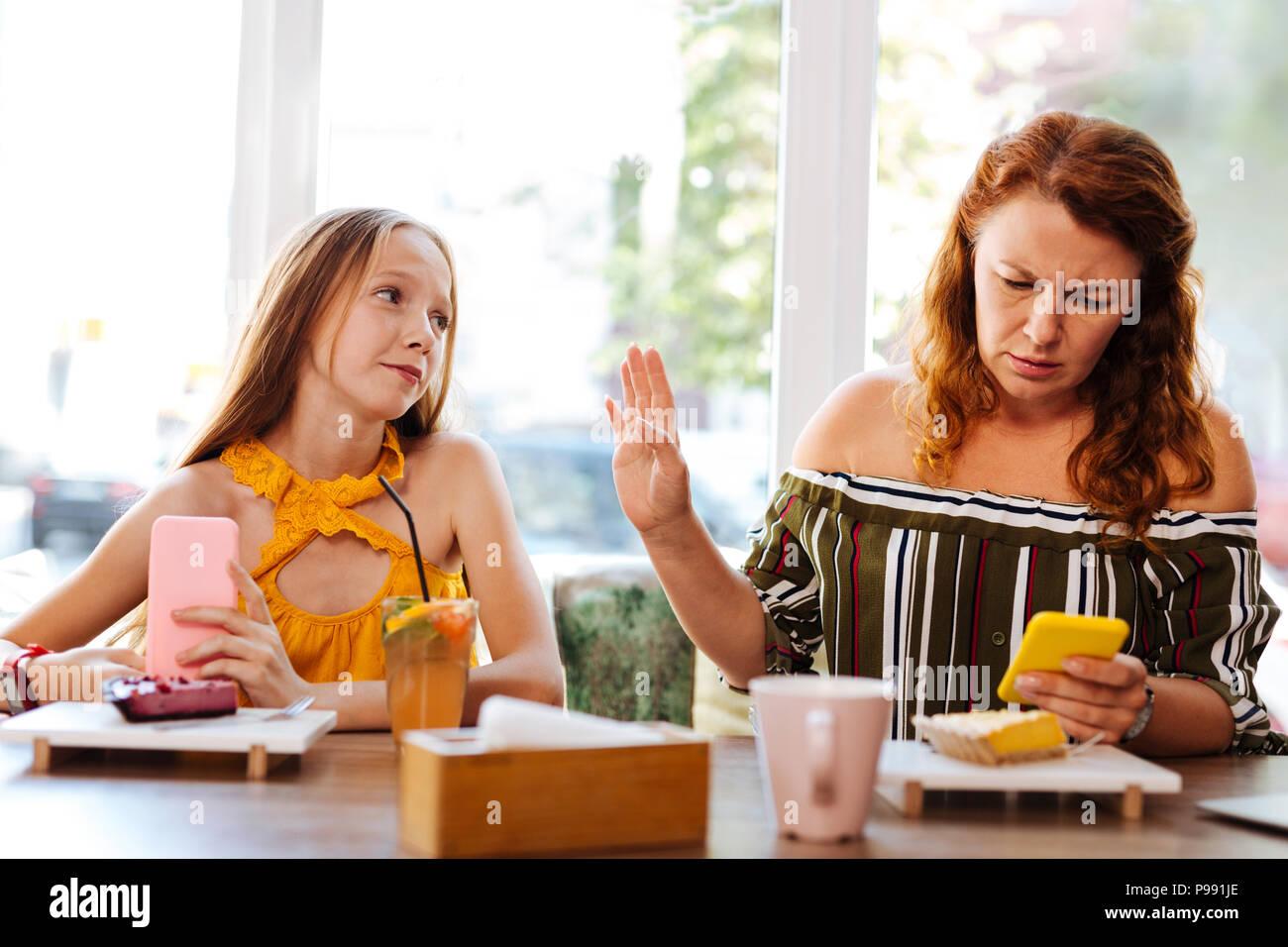 Rothaarige berufstätige Mutter Gefühl extrem beschäftigt Stockbild