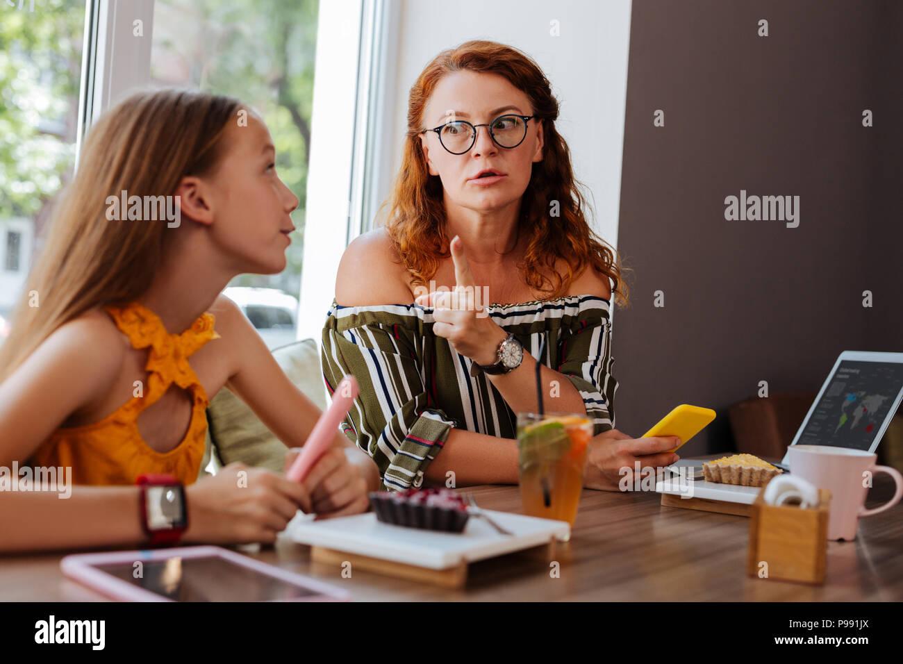 Ernsthafte rothaarigen Mutter streitet mit Ihrem Teenager Stockbild