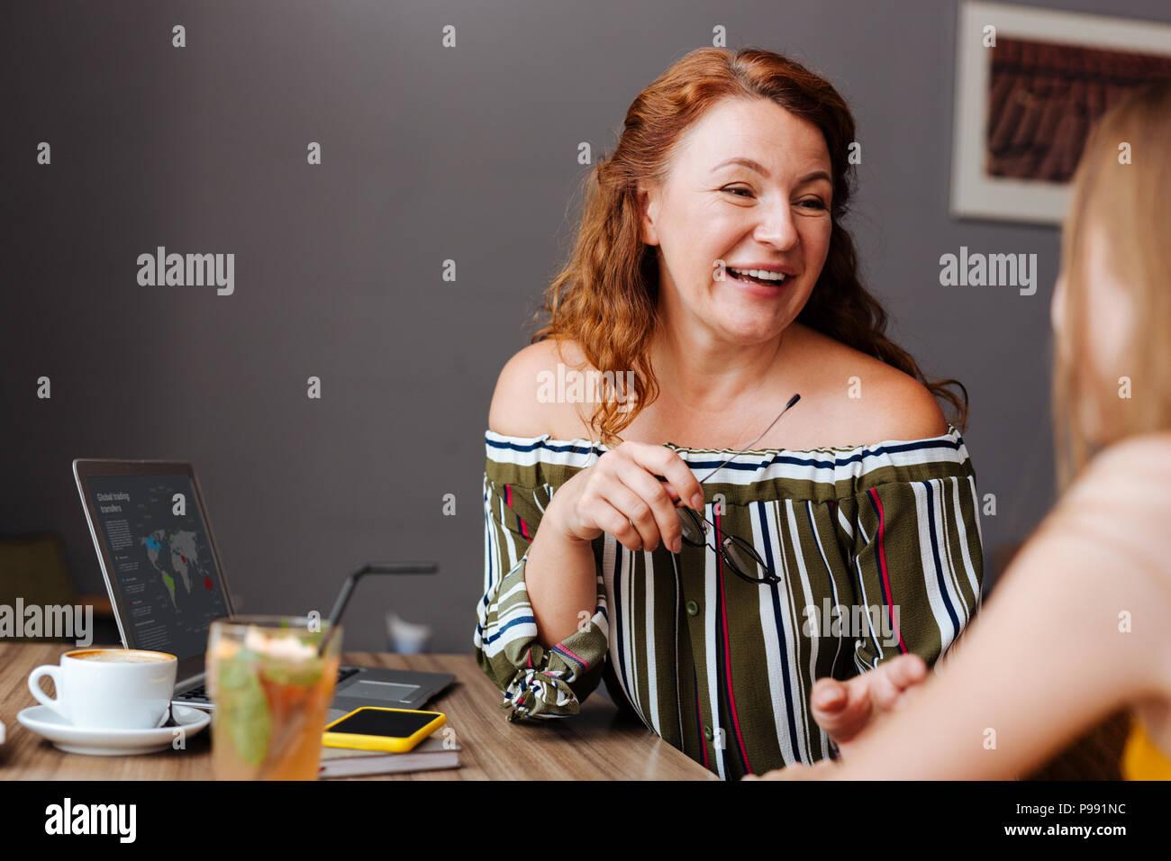 Modische Frau stilvolle offene schulter bluse Stockbild