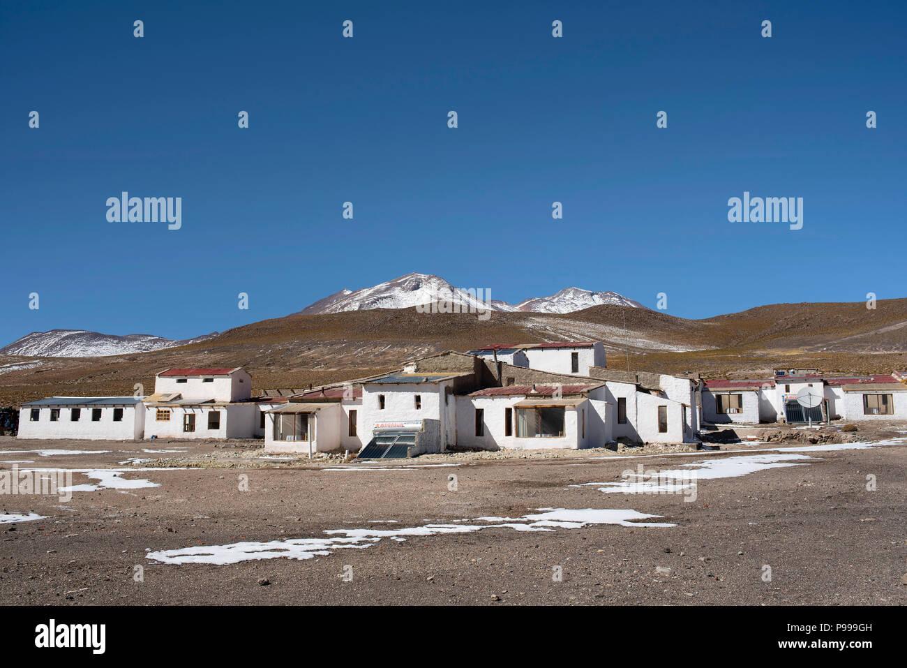 Die winterliche Landschaft des Laguna Cañapa (Cañapa salt lake) und seine kleine Gruppe von weißen Häusern. Potosí in Bolivien. Stockbild