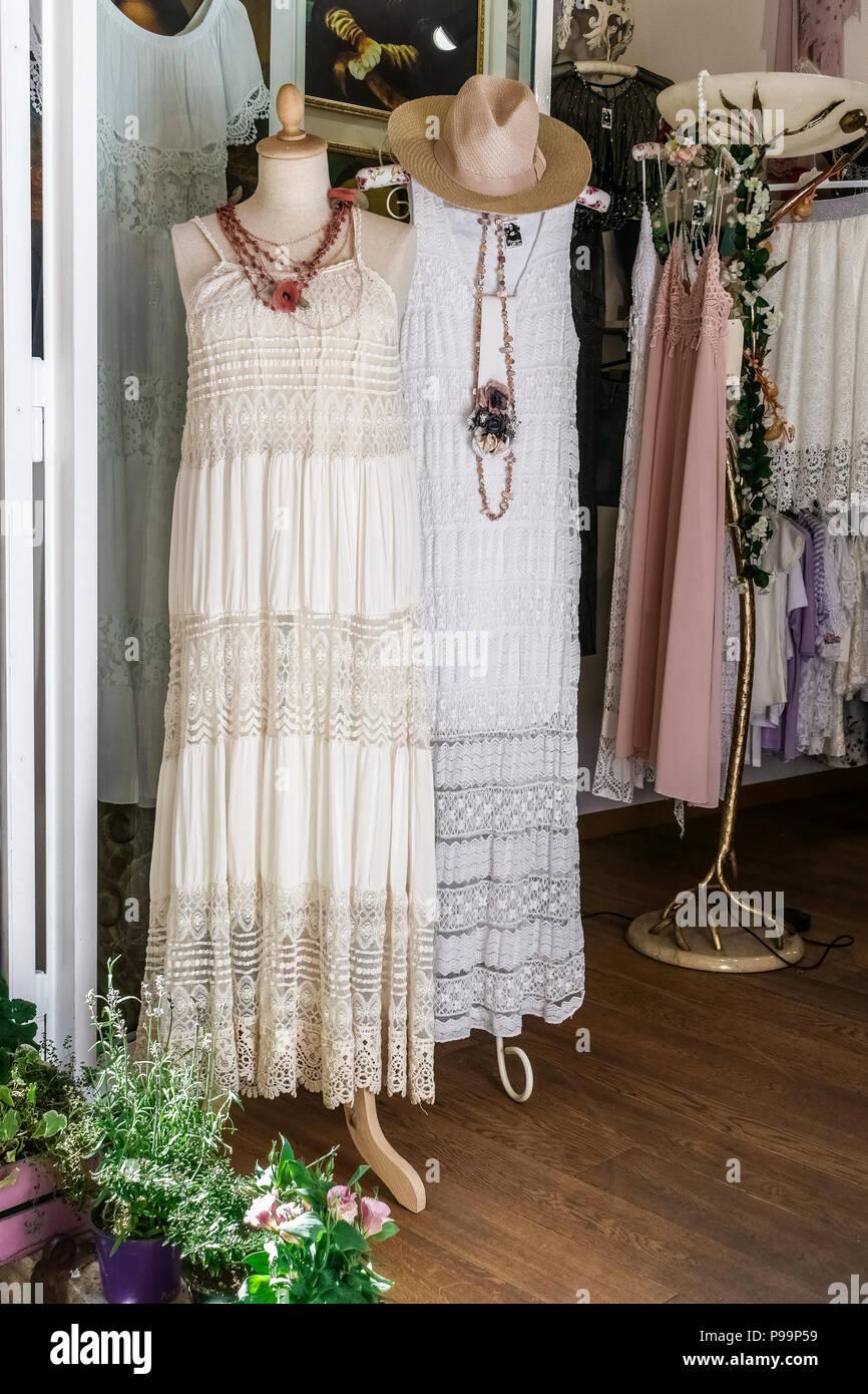 Frau weißes Kleid auf Dummy Schaufensterpuppe auf dem Display in