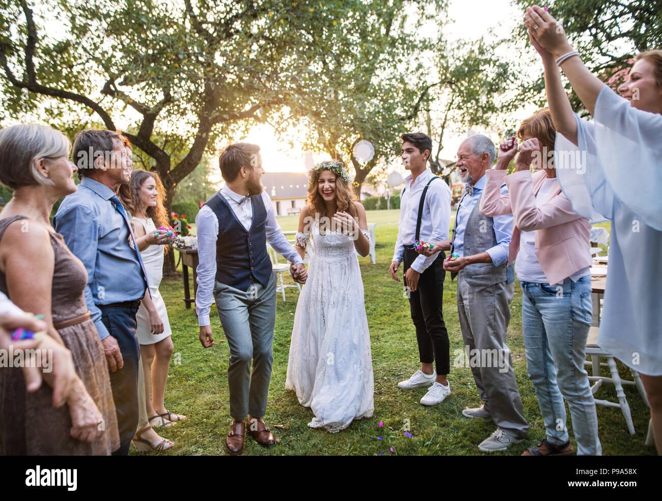 Braut Brautigam Und Gaste Bei Der Hochzeitsfeier Draussen Im
