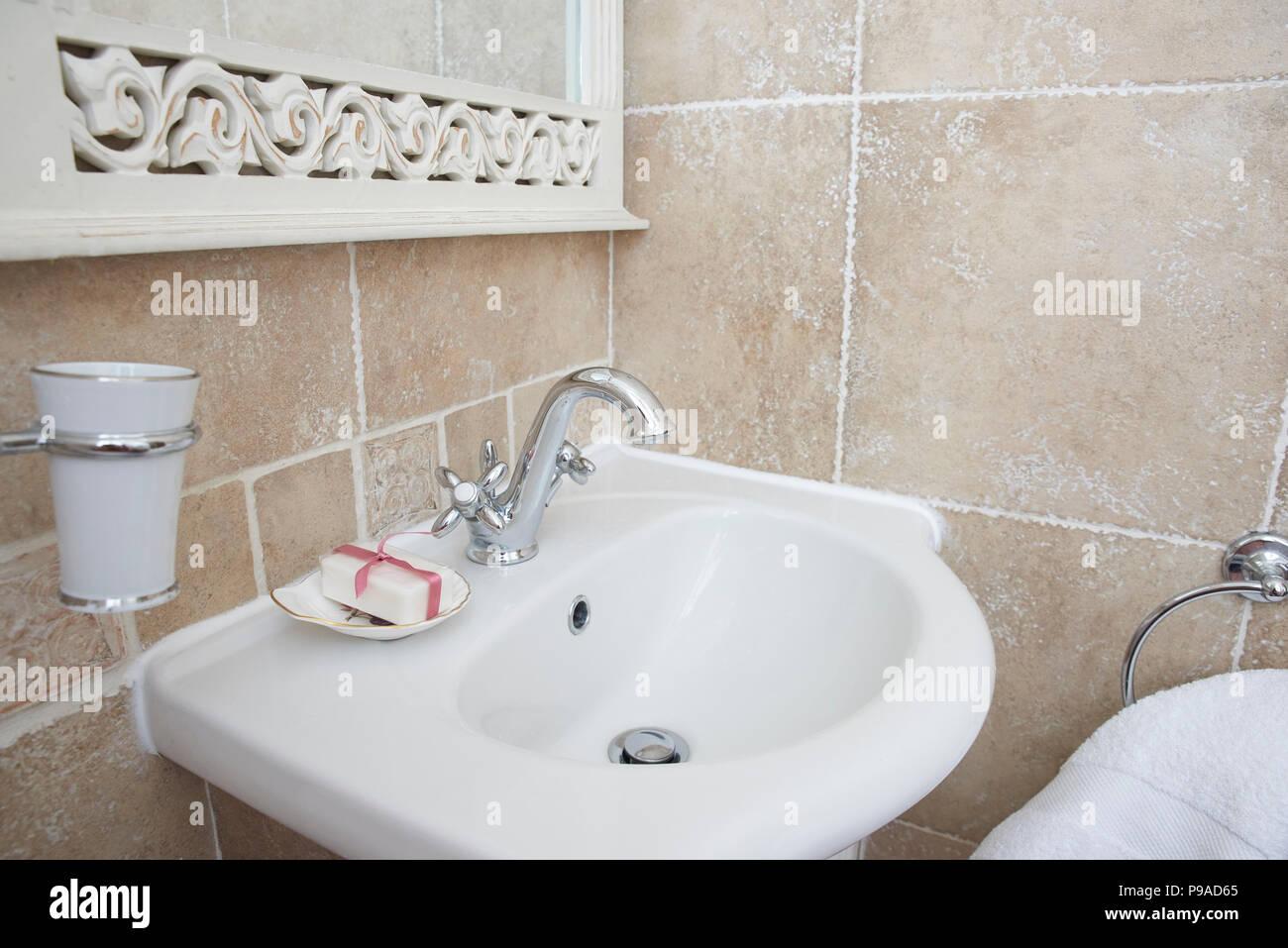 schuss der badezimmer mit waschbecken waschtisch armatur. chrom