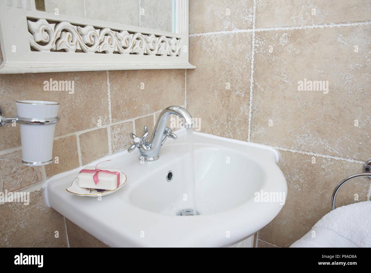 Schuss der Badezimmer mit Waschbecken Waschtisch Armatur. Öffnen ...
