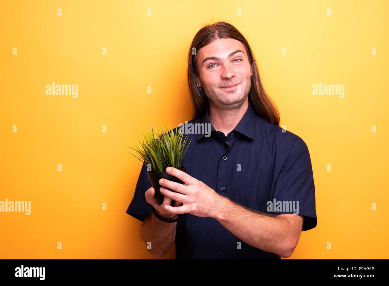 Mann zeigen Apartment Anlage in einem Topf Stockbild