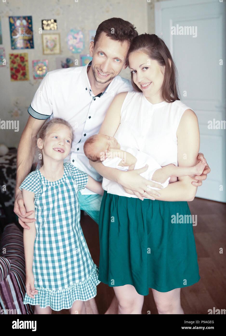Konzept der Familie Glück, Papa, Tochter und Mutter mit einem newb Stockfoto