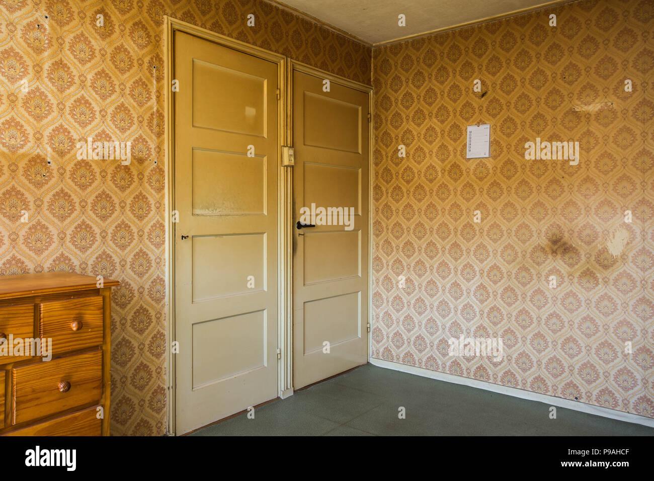 Vintage Zimmer mit Muster Tapete und altmodische Schrank und Tür ...
