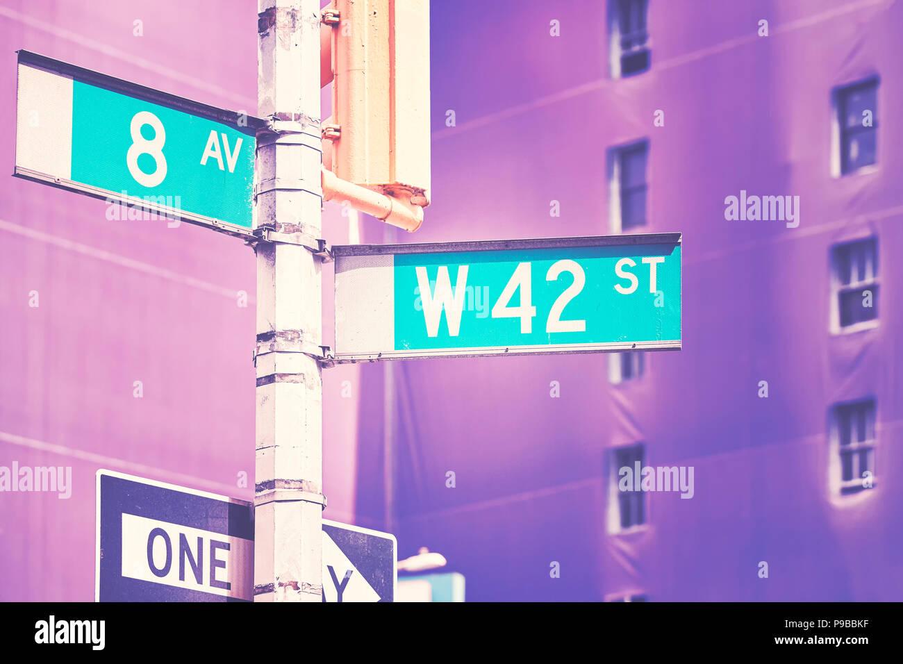 Manhattan West 42 Street und 8th Avenue Straßennamenschilder, Farbe stilisierte Bild, New York City, USA. Stockbild