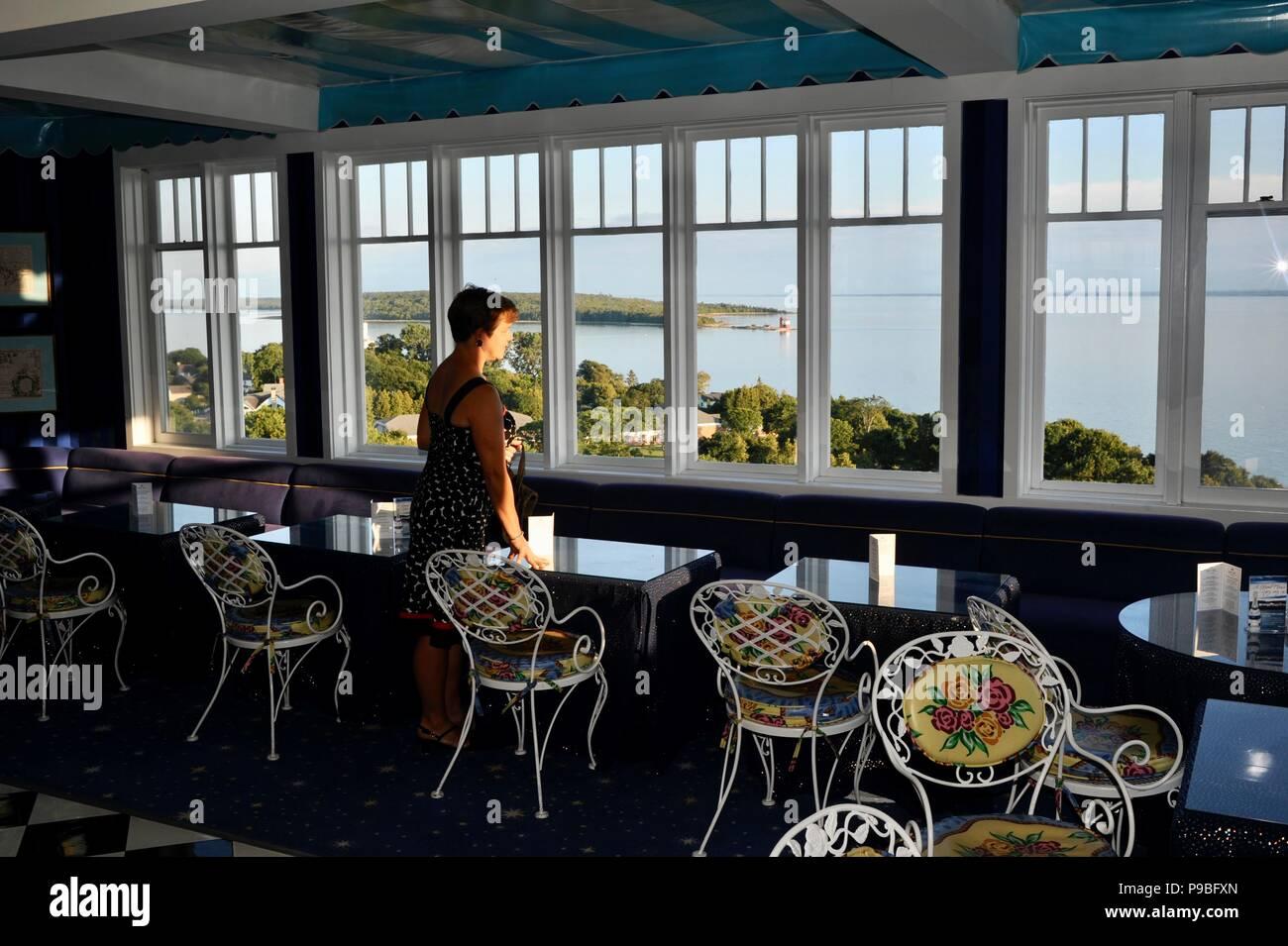 Frau Blick Durch Die Fenster Auf Den See Von Der Kuppel Bar Im Historischen Grand Hotel Resort Insel Mackinac Island Michigan Usa Stockfotografie Alamy