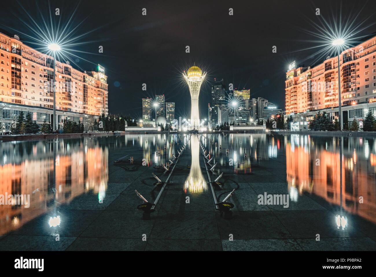 Nachtansicht der Bayterek Tower, ein Wahrzeichen Aussichtsturm, entworfen vom Architekten Norman Foster in Astana, der Hauptstadt von Kasachstan. Stockbild