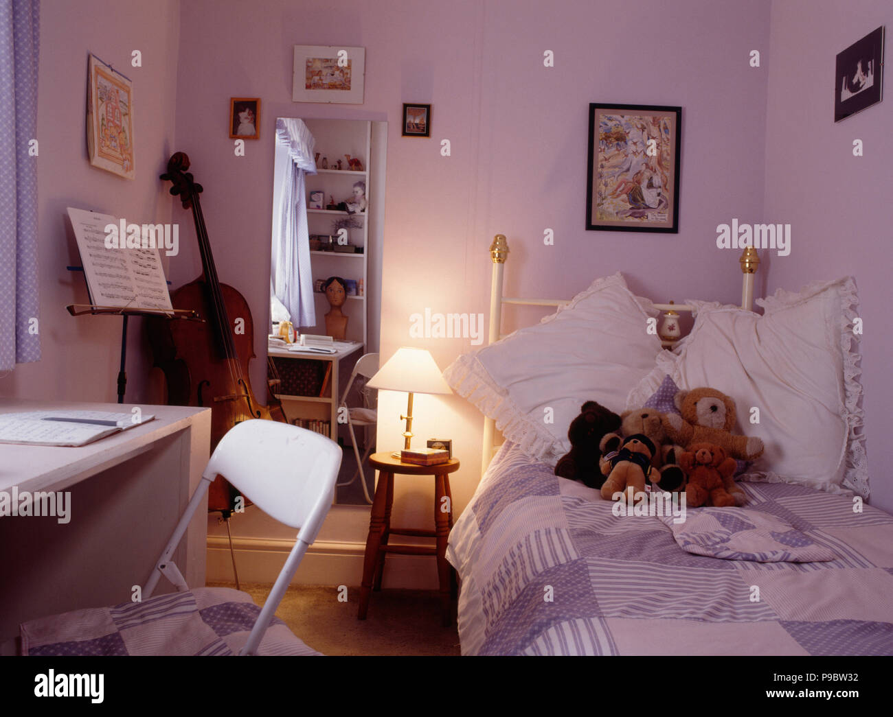 Brennende Lampe Neben Dem Bett Aus Messing In Lila Teenager Schlafzimmer  Mit Lila Patchwork Quilt Und Weiß Schreibtisch Und Stuhl