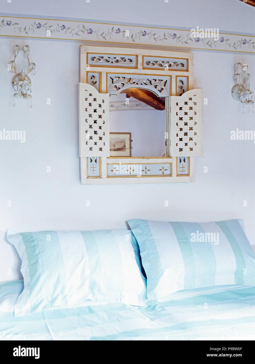 Lackierte Spiegel An Der Wand über Dem Bett Mit Breiter Blende   Gestreifte  Türkis Weiß Gestreiften Kissen In Der Toskanischen Schlafzimmer