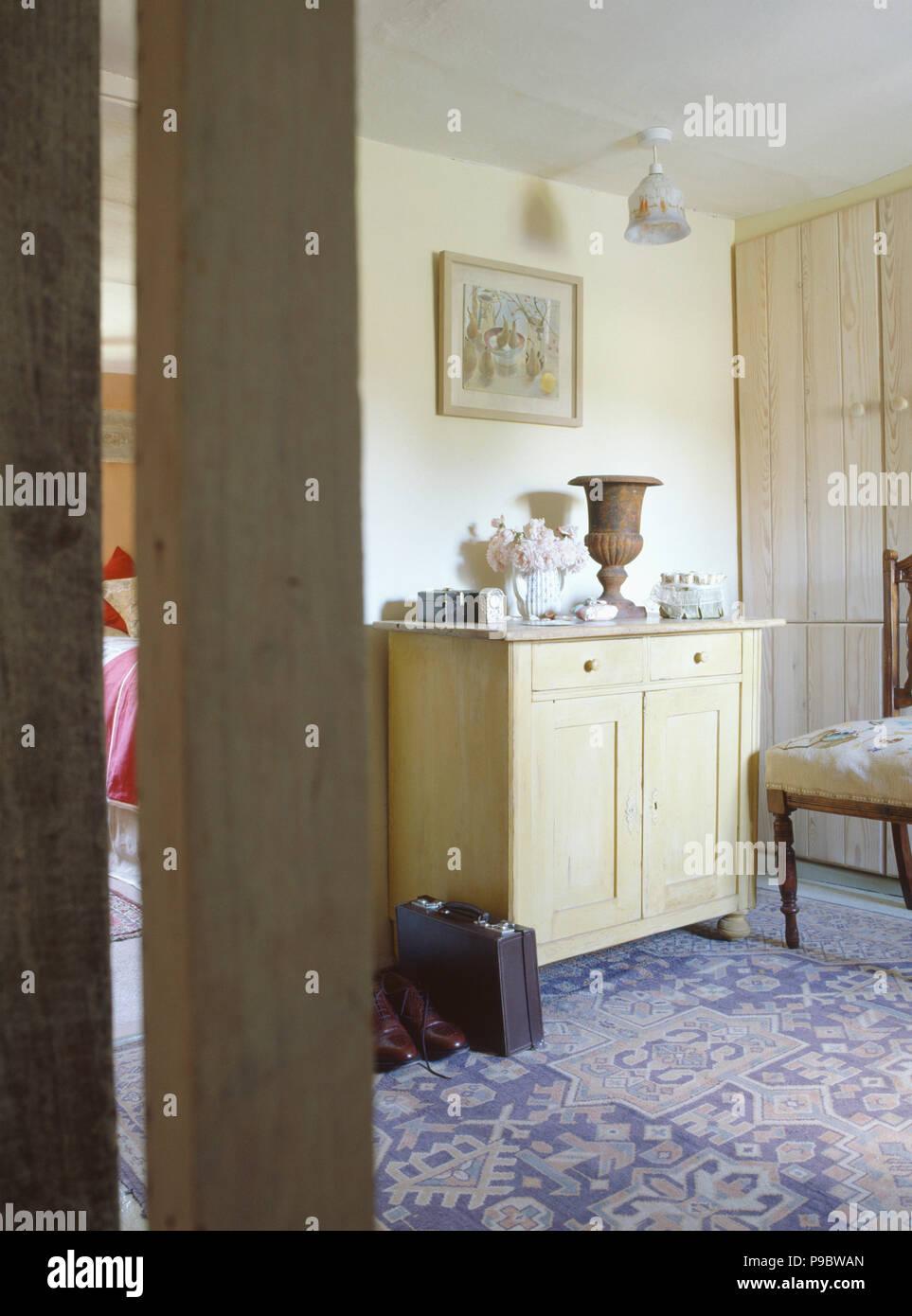 Tur Offen Zu Cottage Schlafzimmer Mit Kleine Holzkiste Und