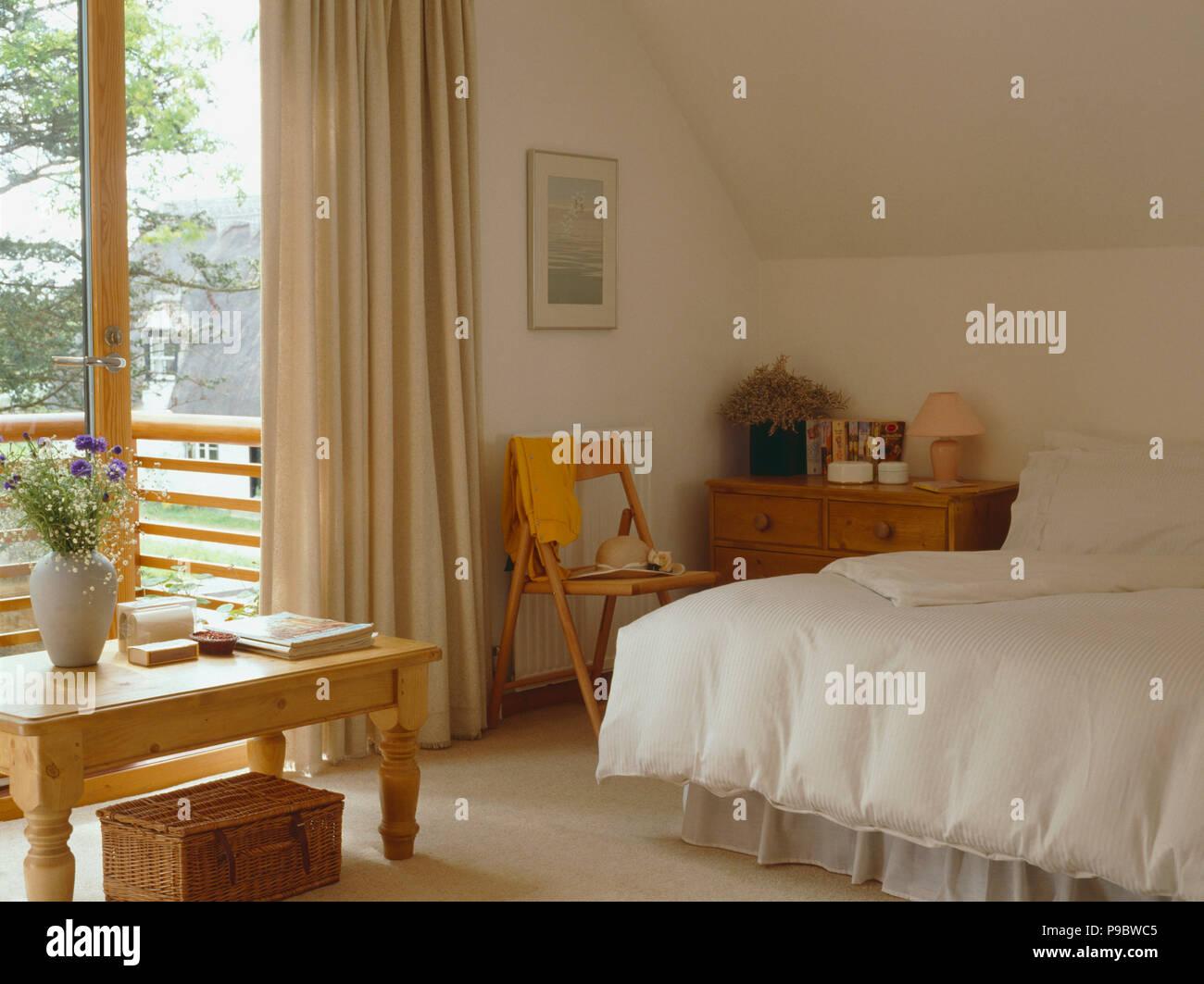 Kiefer Tisch Und Creme Bettdecke Auf In Neutral Schlafzimmer Mit