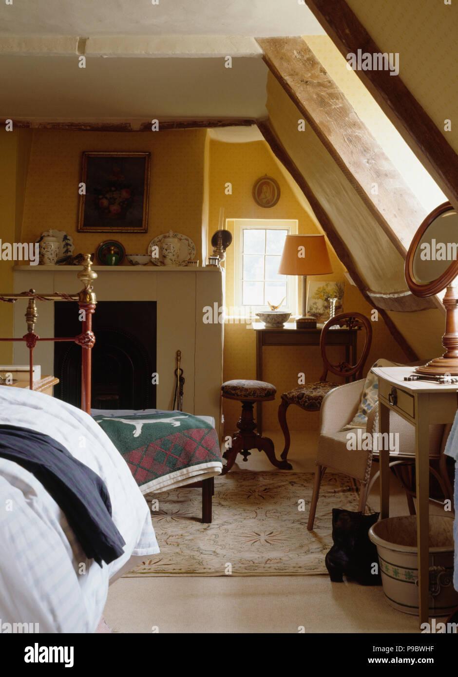 Dachgeschoss Schlafzimmer mit schrägen Wänden Stockfoto, Bild ...