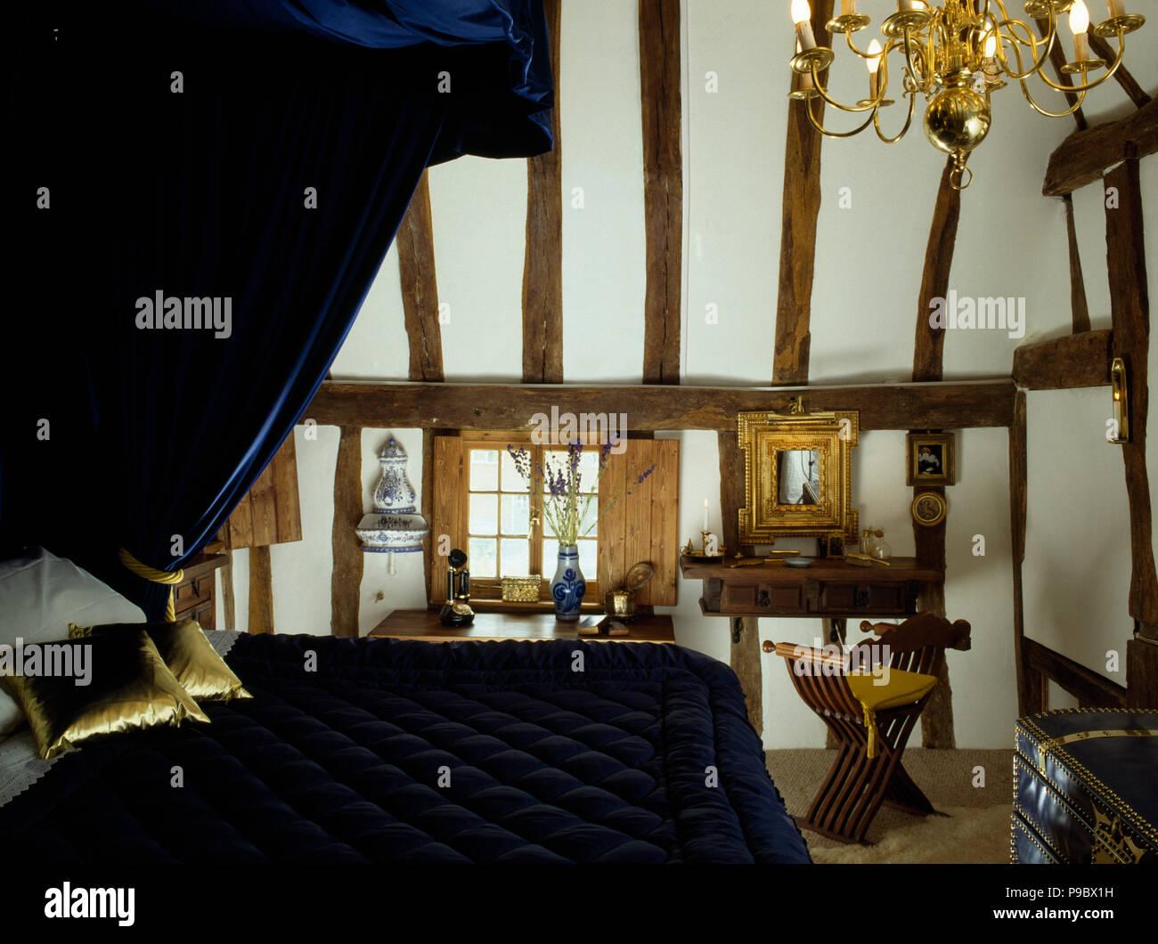 Blaue Vorhänge Und Quilt Auf Die Hälfte Tester Bett Mit Gold Kissen In Der  90er Jahren Strahlte Schlafzimmer