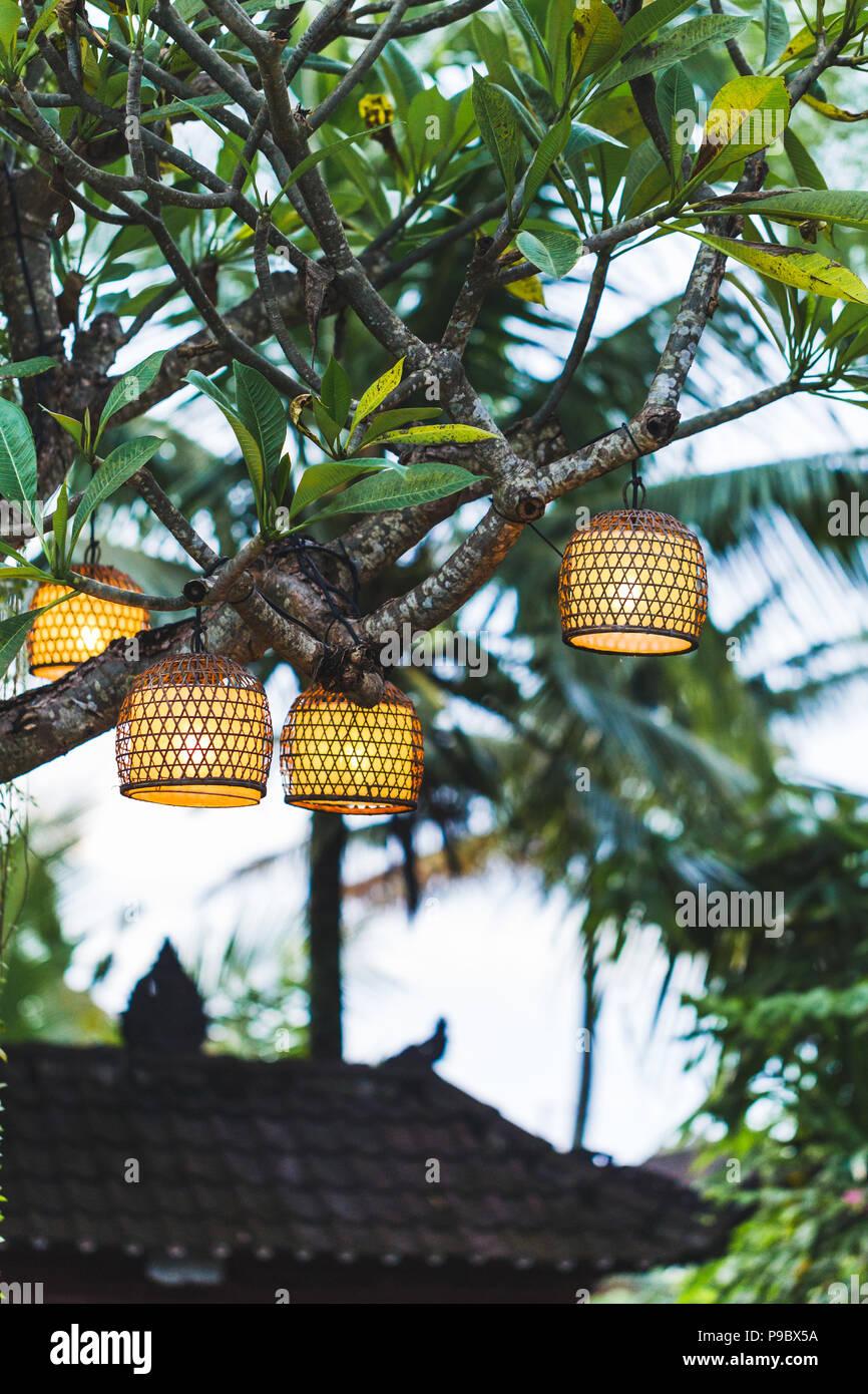 Viele Schöne Hahdmade Korbwaren Lampen Hängen Draußen Im