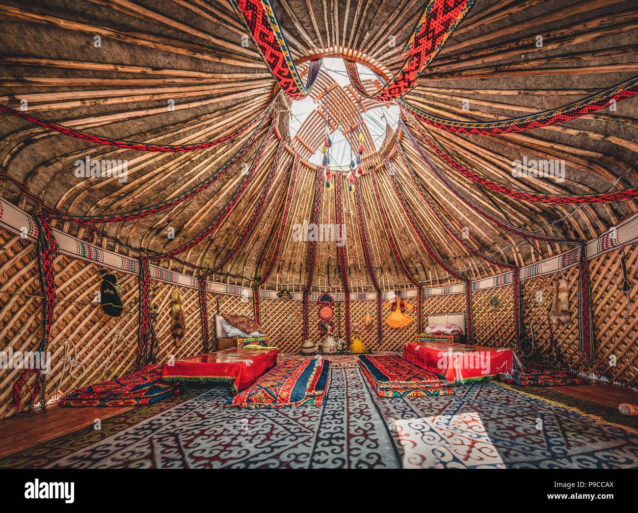 Nationale traditionelle Dekoration der Jurte Decke. Die kasachische Ornament. Vintage Weberei von Mustern. Jurte Dekoration. Holzrahmen mit Mustern als eine ethnische Hintergrund, Goldene Horde, Kasachstan. Stockbild