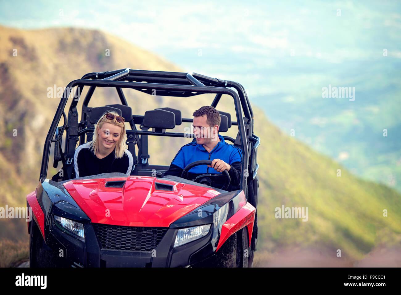 8dbad6b1f3 Freunde Fahren im Gelände mit dem Quad oder ATV und UTV Fahrzeuge ...