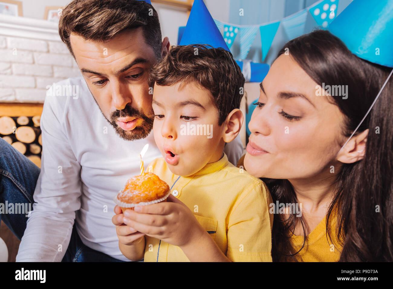Hübsche brünette Frauen an Torte suchen Stockbild