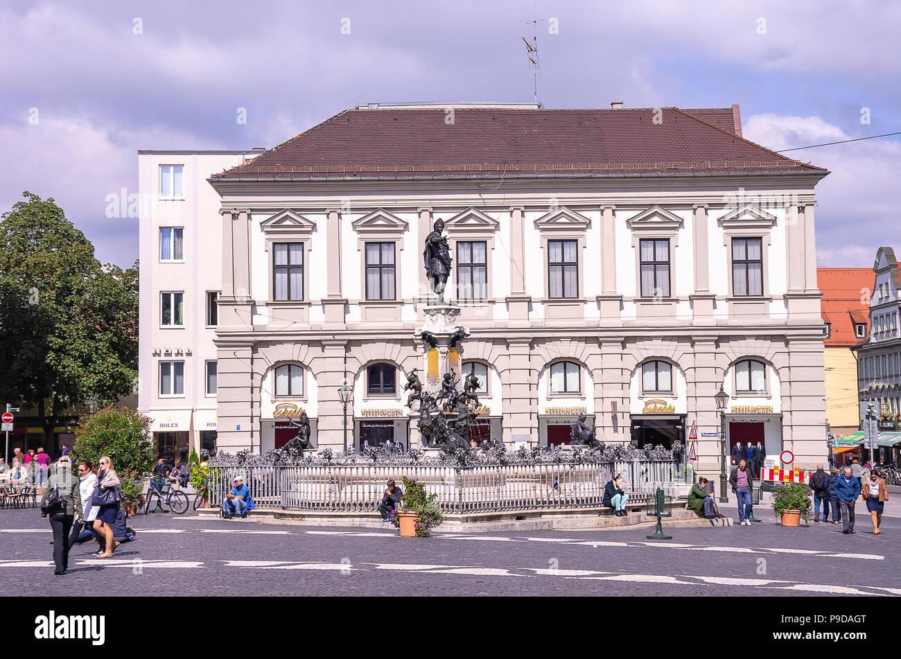 Augsburg, Bayern, Deutschland - Die Augustus Brunnen und dahinter die historische Architektur der Rathausplatz 8. Stockfoto