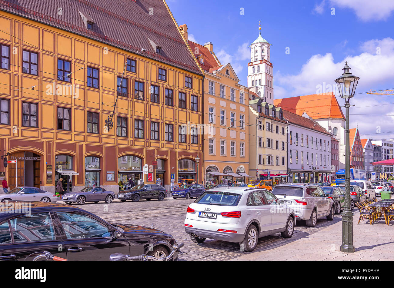 Augsburg, Bayern, Deutschland - Typische Straße Szene vor dem historischen Gebäude Ensemble von Fürst Fugger Privatbank auf Maxmilian Straße. Augsburg, Stockfoto