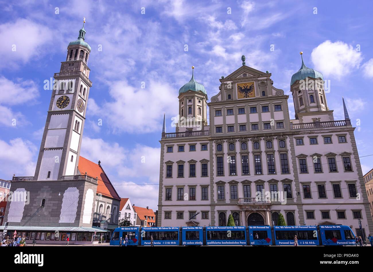 Augsburg, Bayern, Deutschland - 10. September 2015: Das historische Rathaus und die perlach Turm auf dem Stadtplatz. Stockfoto