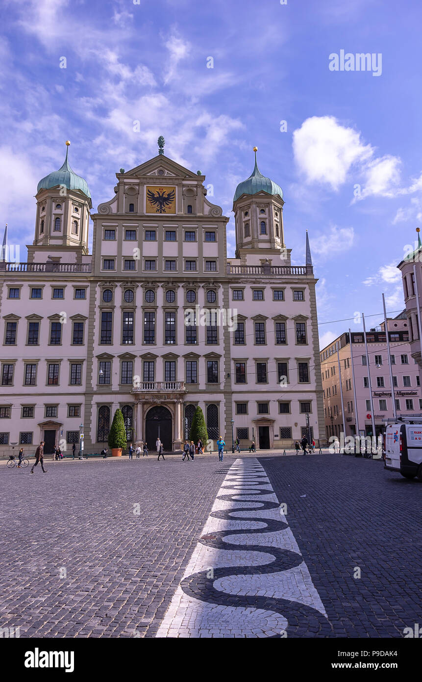 Augsburg, Bayern, Deutschland - 10. September 2015: Das historische Rathaus auf dem Marktplatz. Stockfoto