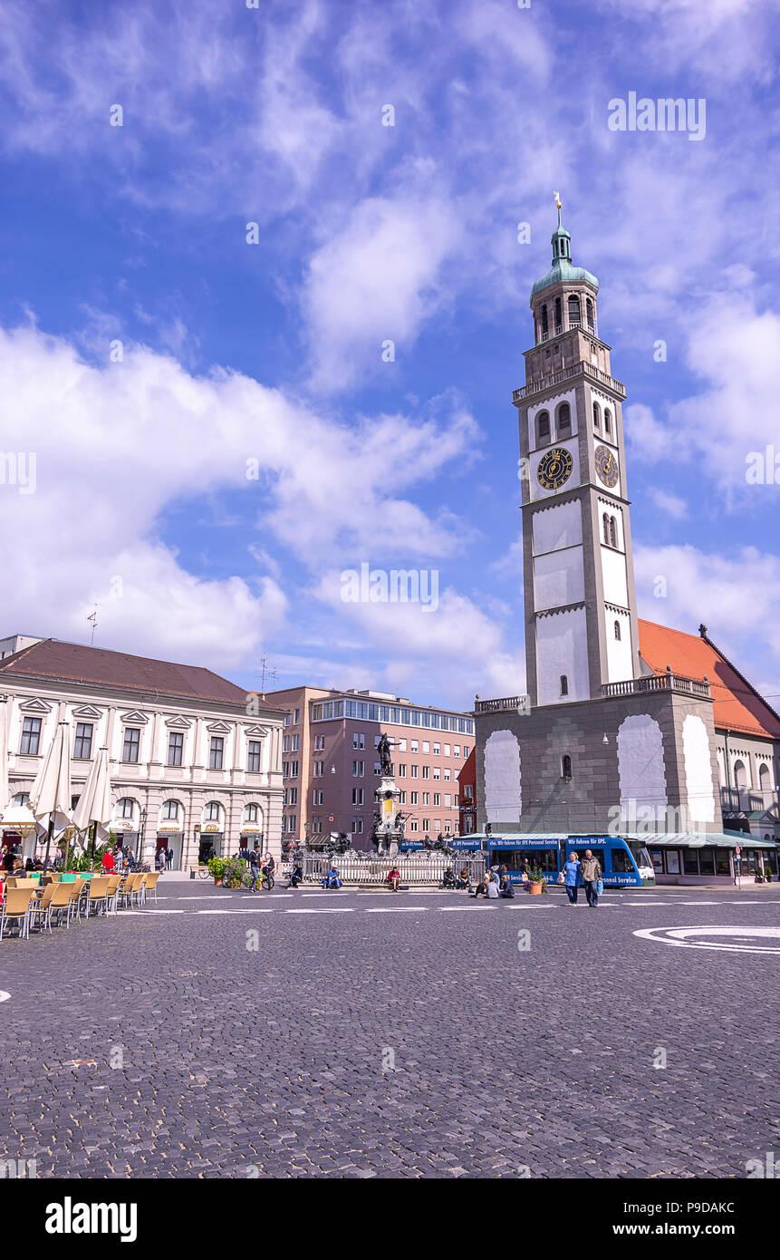 Augsburg, Bayern, Deutschland - 10. September 2015: Die historischen Perlach Turm auf dem Stadtplatz. Stockfoto