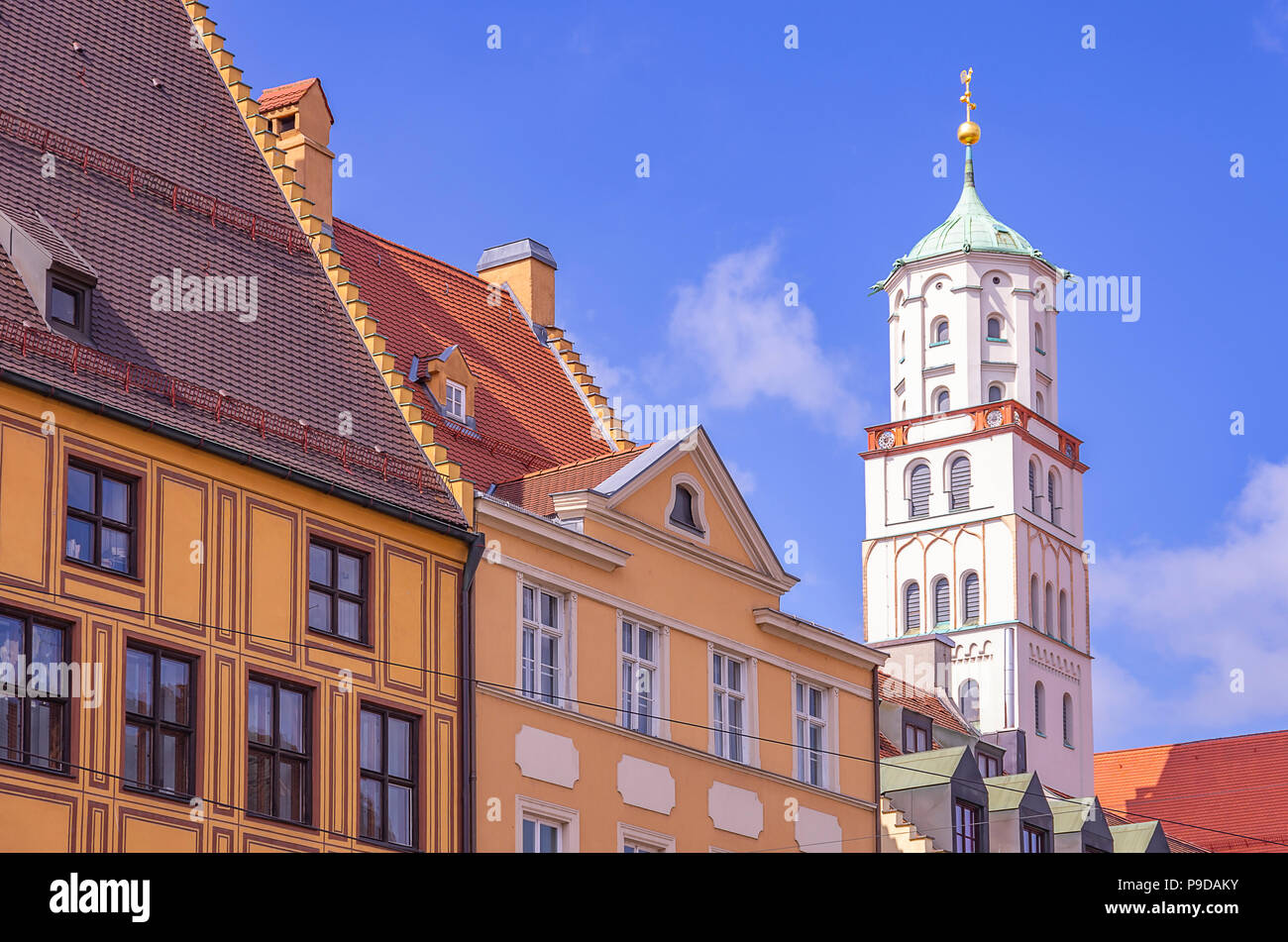 Augsburg, Bayern, Deutschland - Historische Fassaden und Turm der St. Moritz Kirche auf Maximilian Straße. Stockfoto