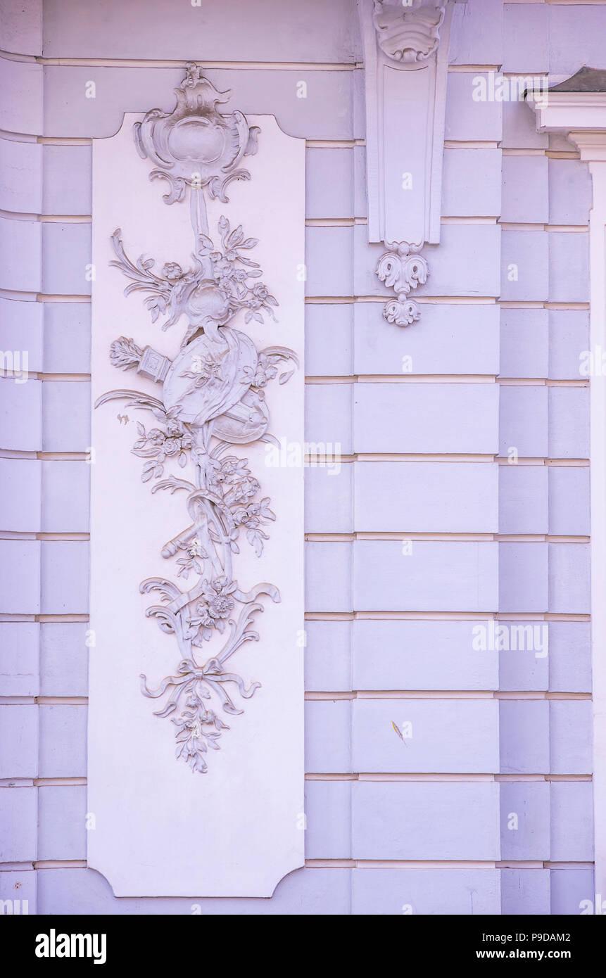 Augsburg, Bayern, Deutschland - Detail der Fassade des Schaezlerpalais in der Nähe des Herkules Brunnen auf Maximilian Straße. Stockfoto