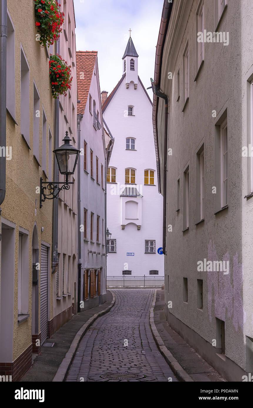 Augsburg, Bayern, Deutschland - Blick durch die enge Gasse von Schleifergäßchen zum Kloster der Franziskanerinnen von Maria Stern. Stockfoto