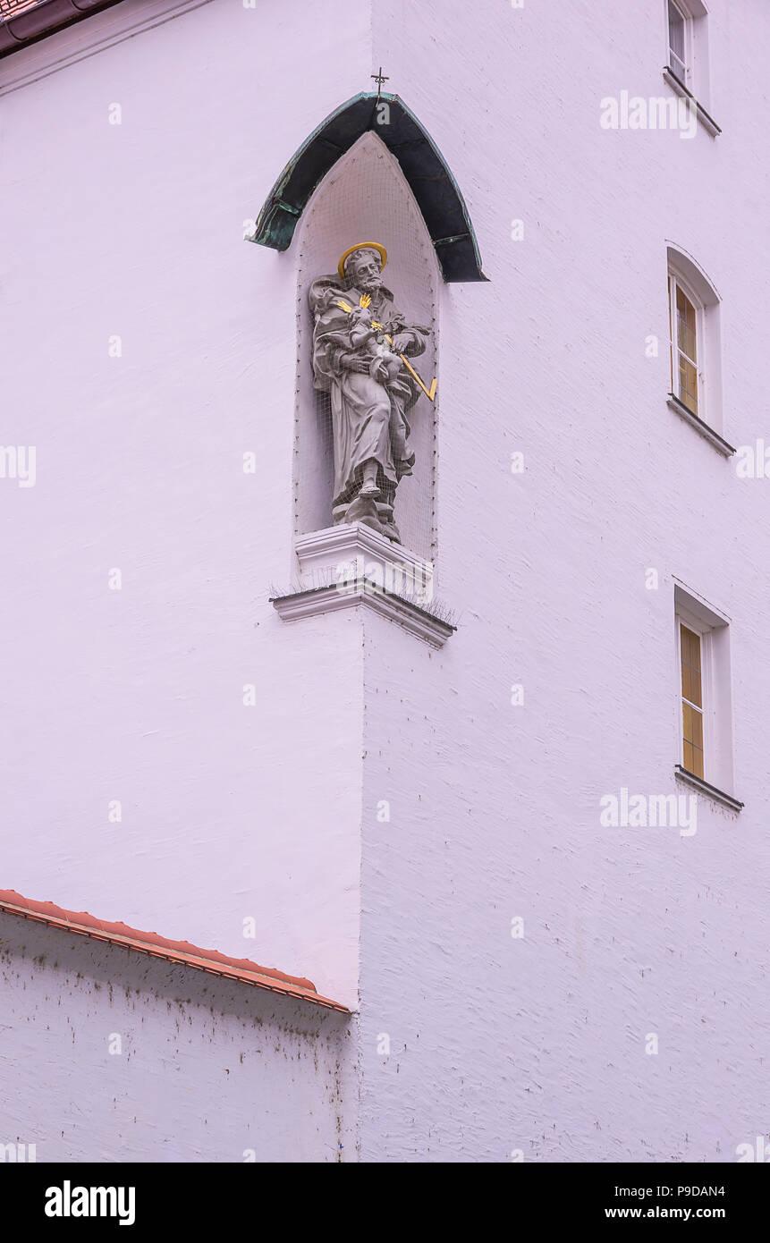 Augsburg, Bayern, Deutschland - Skulptur an der Außenseite des Kloster der Franziskanerinnen von Maria Stern. Stockfoto