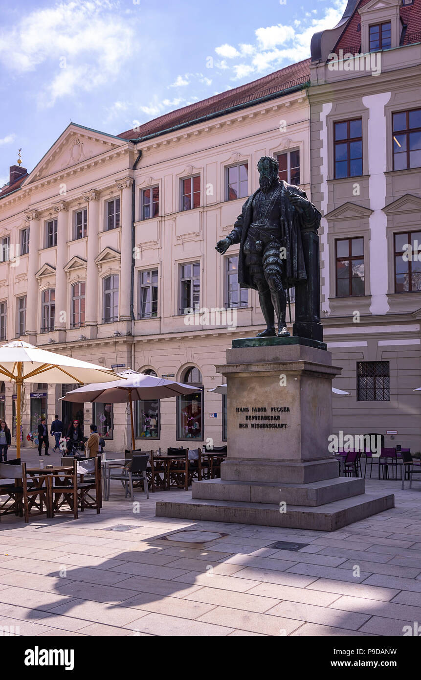 Augsburg, Bayern, Deutschland - Fugger Denkmal am Fuggerplatz. Stockfoto