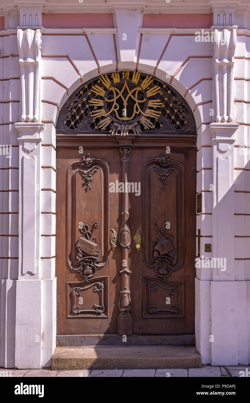 Augsburg, Bayern, Deutschland - Tür und Portal der sogenannten Roeck Haus Maximilian Straße 51. Stockfoto