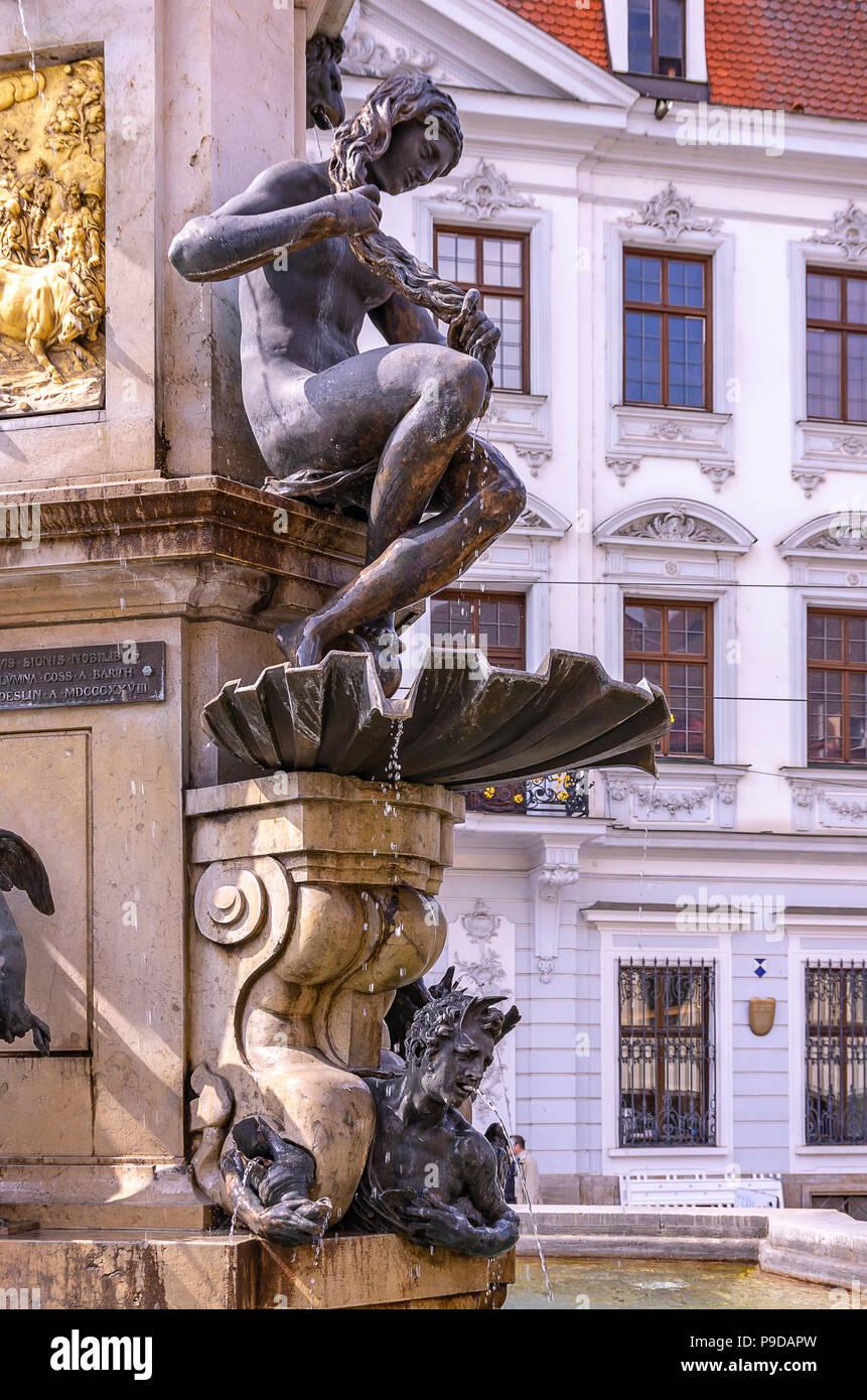 Augsburg, Bayern, Deutschland - naiad Bürsten das Wasser aus ihren Haaren, ein Detail des Hercules Brunnen auf Maximilian Straße. Stockfoto