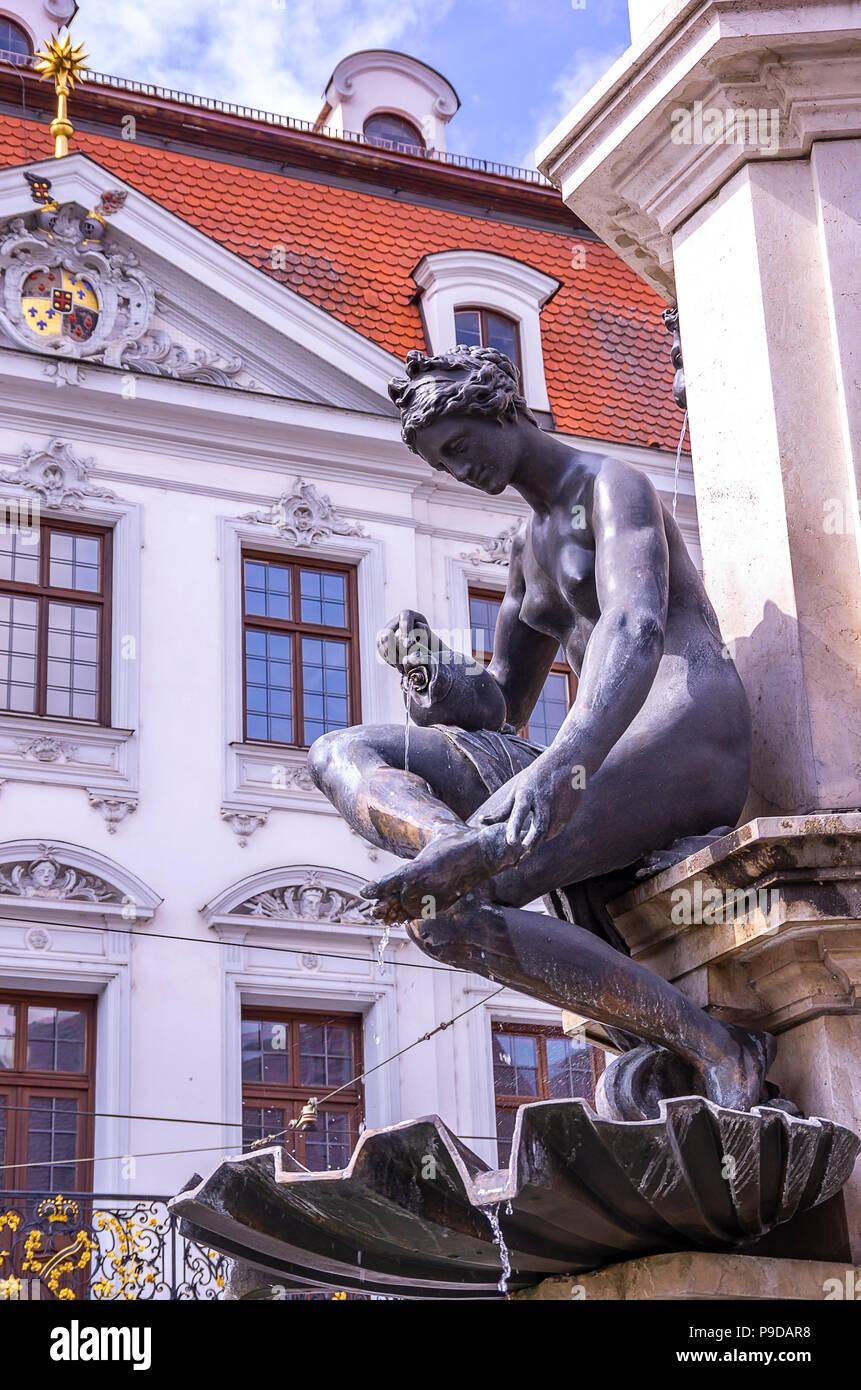Augsburg, Bayern, Deutschland - Naiad gießt Wasser über die Füße, ein Detail der Hercules Brunnen auf Maximilian Straße. Stockfoto