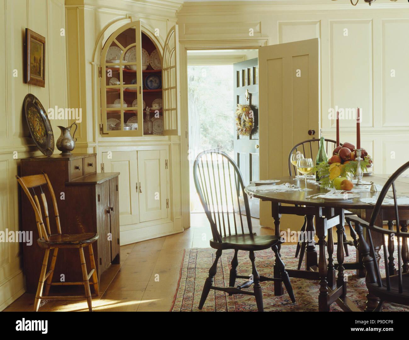Antike Stick Zuruck Stuhlen Und Tisch Im Amerikanischen Kolonialstil Esszimmer Ausgestattet Mit Creme Kommode Stockfotografie Alamy