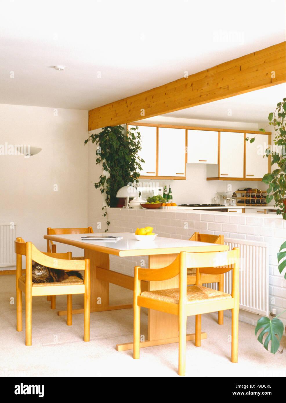 Resopal   Tisch Und Stühle Aus Holz Mit Rush Sitze In Openplan Küche Und  Esszimmer Mit Weiß Gefliestem Boden