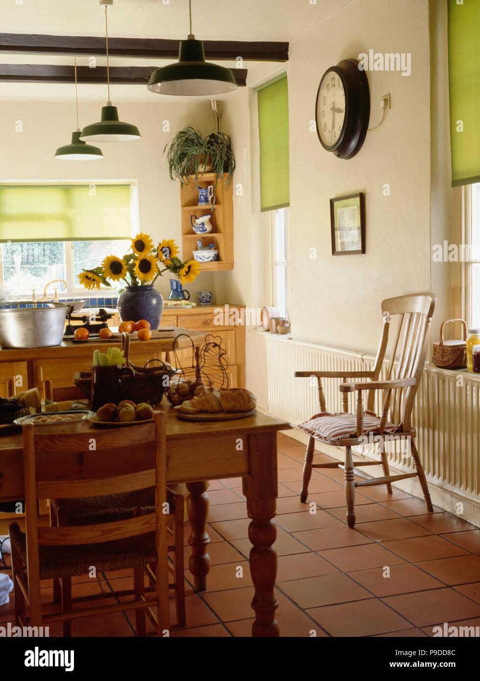 Kiefer Tisch Und Stühle In Der Küche Mit Terrakotta Fliesen Und Lime Grünen  Jalousien
